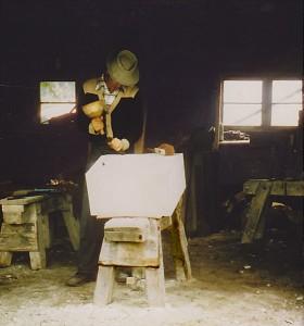 Steinmetzgeselle bei der Granitbearbeitung